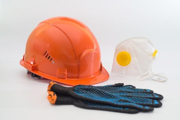 ヘルメット、呼吸器、耳栓、手袋が白で隔離された安全装置。大規模な産業企業の保護手段。