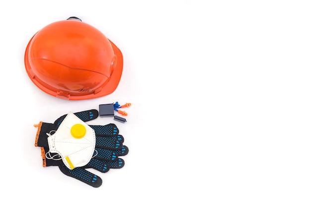 ヘルメット、呼吸器、耳栓、手袋が白で隔離された安全装置。大企業向けの保護具。スペースをコピーします。上から見る