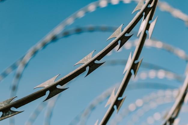 Защитный забор колючей проволоки Premium Фотографии