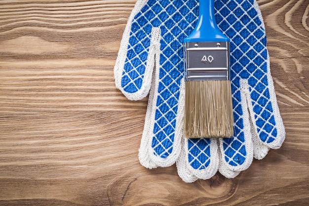 Кисть защитные перчатки на деревянной доске