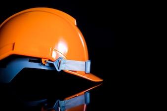 安全ヘルメット黒色の背景は、エンジニアや産業界、建設者が使用します。