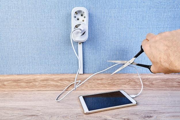 휴대폰이 완전히 충전되면 충전된 상태로 유지하는 것이 안전합니다. 배터리 및 수명 단축의 위험이 있습니다.