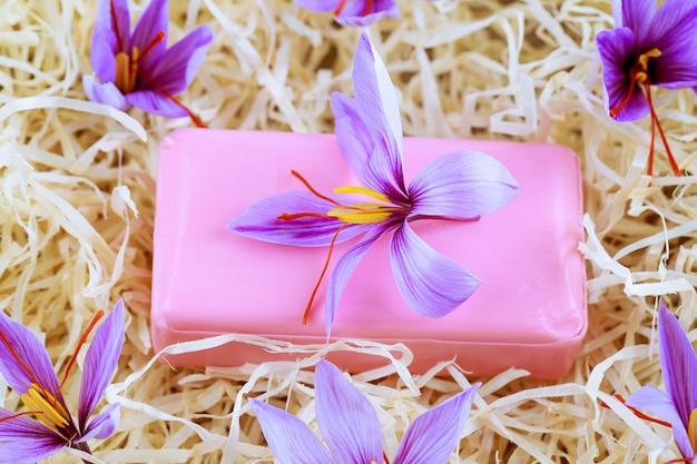 사프란 낙인이 있는 사프란 비누. 크로커스 꽃. 사프란 비누와 크림. 미용에 사프란 사용. 천연 화장품.
