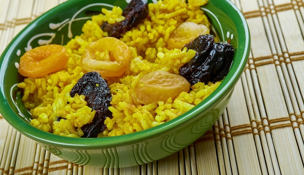 Safranli piilav - turkish pilaf with saffron and dried fruits
