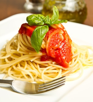 Saghetti with tomatoes sauce and basil