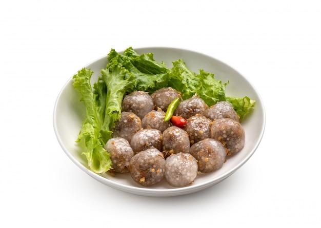 Саго тайская еда в тарелке на белом фоне