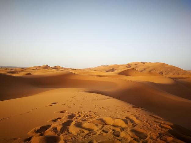 Пустыня сахара под солнечным светом и голубым небом в марокко в африке