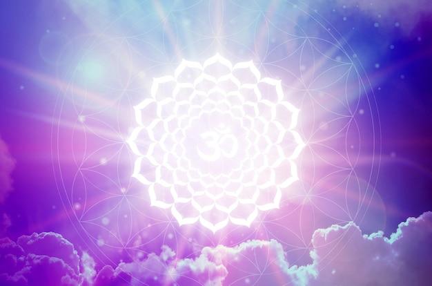 紫色の背景にサハスララチャクラのシンボル。これは、クラウンチャクラとも呼ばれる7番目のチャクラです。