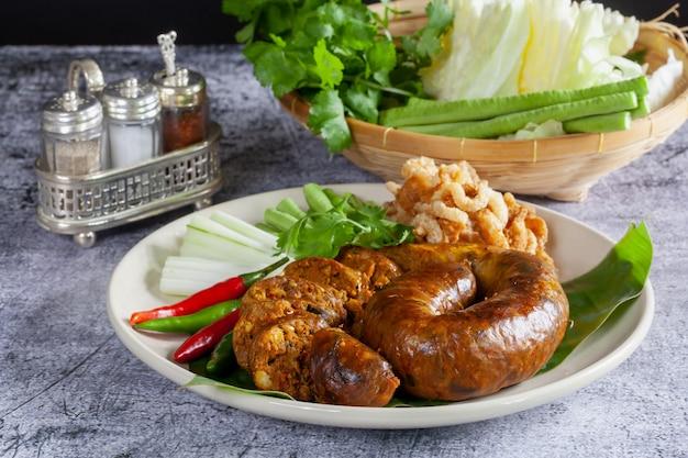 Сай ауа (северная тайская пряная колбаса) на деревянной поверхности