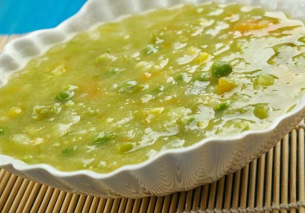 サイバジ-ダル、レンズ豆、パラク、ほうれん草、その他の野菜で構成されるシンドのベジタリアンカレーシンド料理