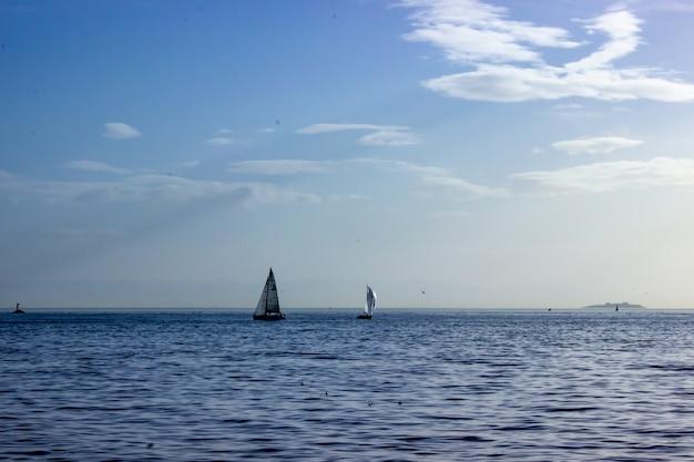 푸른 하늘과 바다에 요트