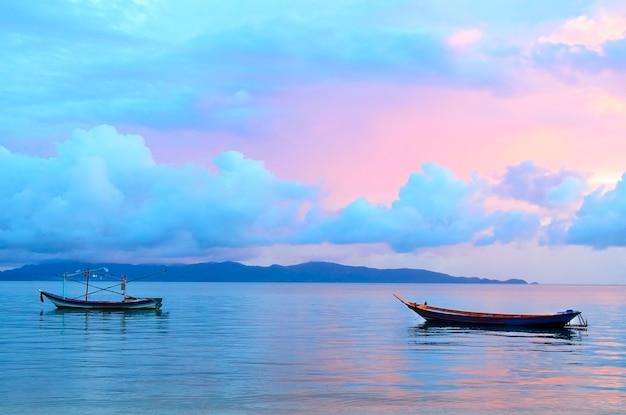 日の出の美しい色の空で帆船。インドネシア、バリ
