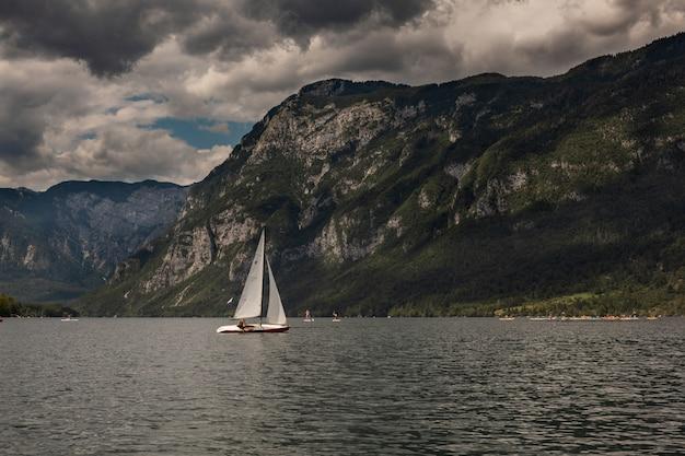Парусник в живописном озере бохинь