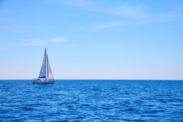 바다에서 항해 보트입니다. 바다 경치