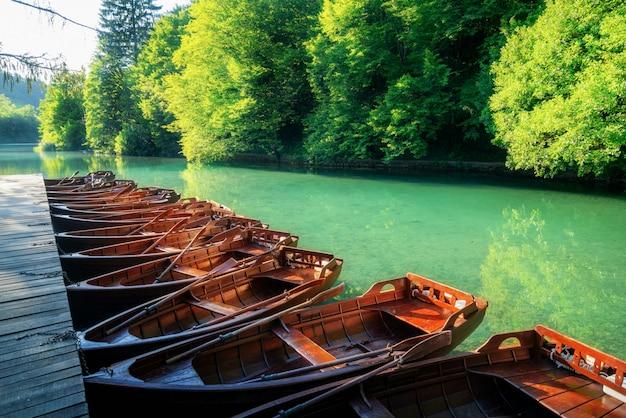 플리트 비체 호수 크로아티아에 주차 보트 항해.