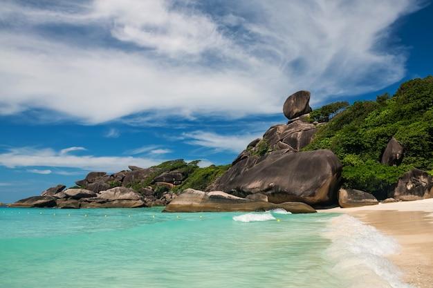 帆岩、シミラン島、パンガー、タイの美しいランドマーク。夏のターコイズアンダマン海と青空の動きの波の海景。有名な旅行先。