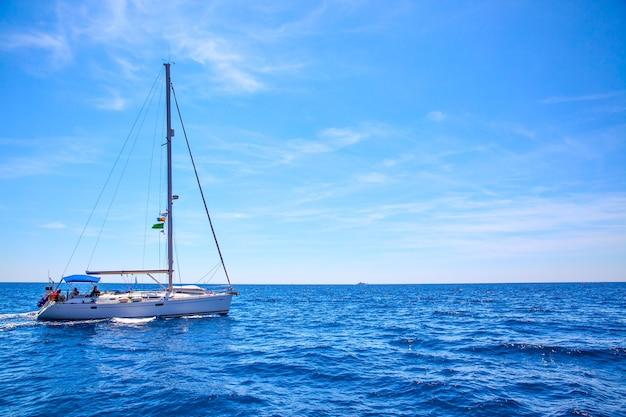 바다에서 요트를 항해. 바다 경치