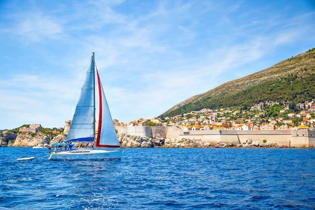 크로아티아 두브로브니크 구시가지 근처에서 요트를 항해하세요. 풍경