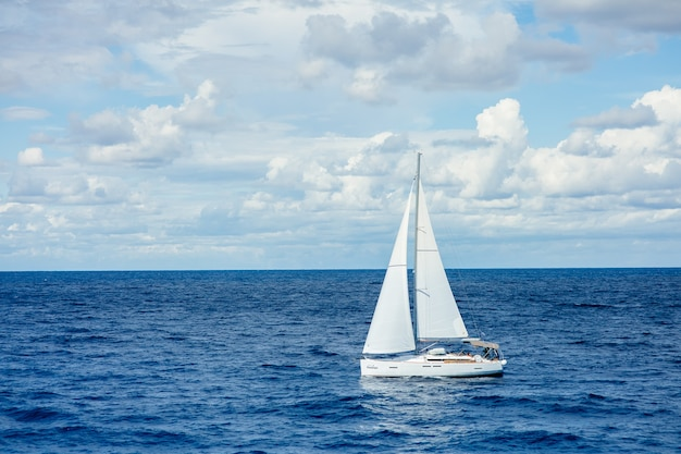 Парусник в средиземном море в прекрасный день с голубым небом