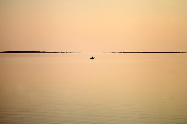 저녁 산호 색 햇빛, 호화로운 여름 모험의 바다에서 요트,
