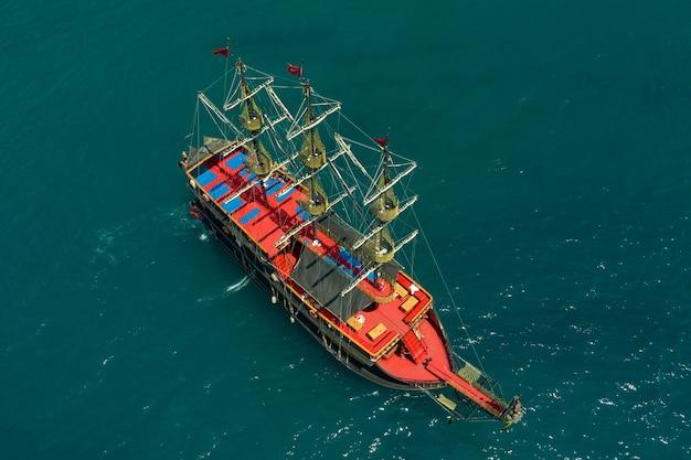 Парусник в море в вечернем солнечном свете над красивым морем, роскошное летнее приключение, активный отдых на средиземном море, турция