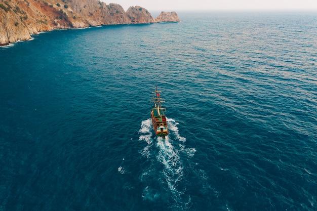 Barca a vela nel mare della medeterania