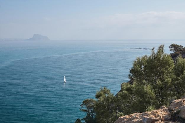 맑은 날에 항해하는 범선 산 꼭대기에서 바다의 전망