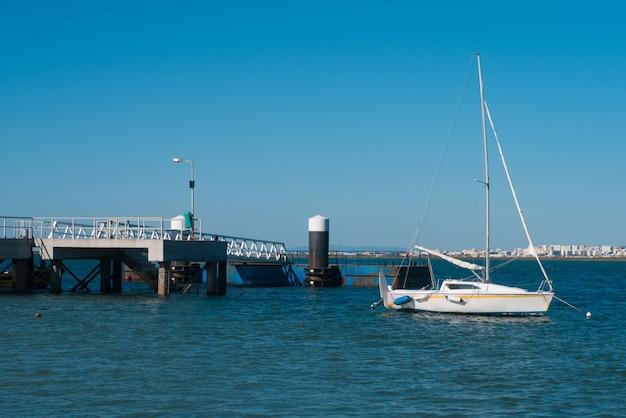Парусник стоит в порту риа формоза.