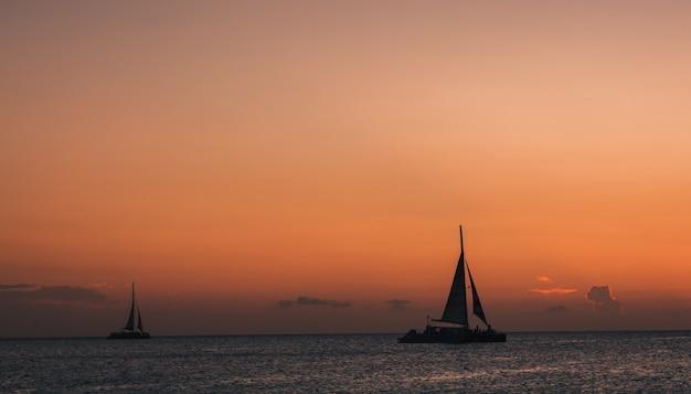 海の風景に夕暮れ時のヨット