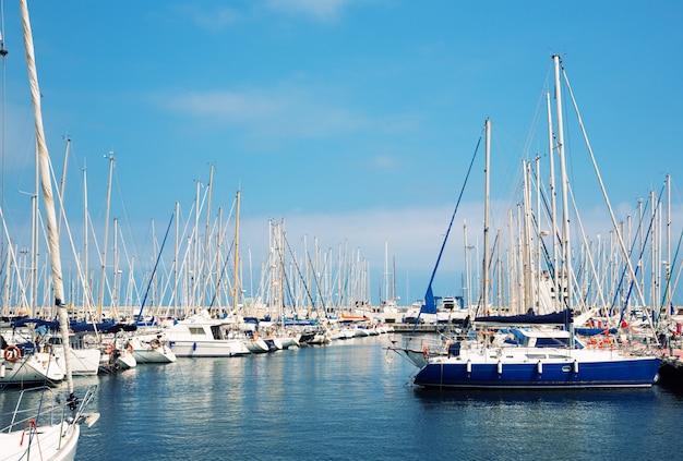 Парусные лодки в гавани