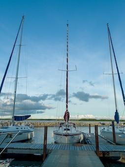 帆船、港、ウィニペグ湖、リバートン、ヘクラ釣り牧場地方公園、マニトバ州、c