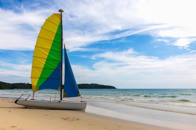 夏に美しい空を持つビーチに停泊したヨット