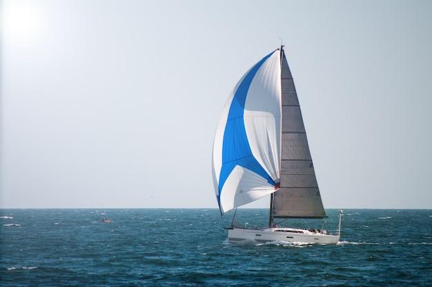 Парусная лодка i в море роскошная яхта