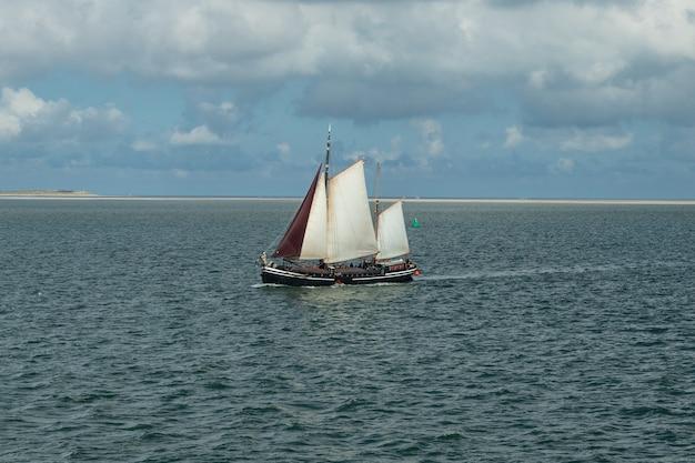 Парусная лодка в море
