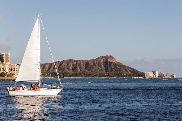 ダイヤモンドヘッド山を背景に、オアフ島ホノルルハワイの帆船