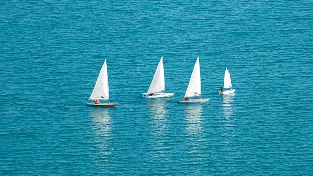 Парусные лодки в море яхты в море
