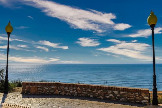 Парусные лодки на берегу моря и ясное голубое небо.