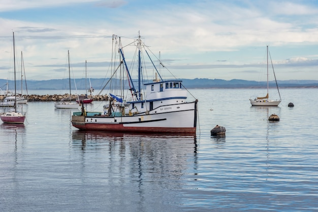 アメリカ合衆国、モントレーで捕獲された古い漁師の埠頭近くの水上での帆船