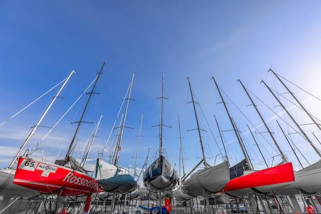 Парусные лодки готовы к спуску на воду после зимнего хранения.