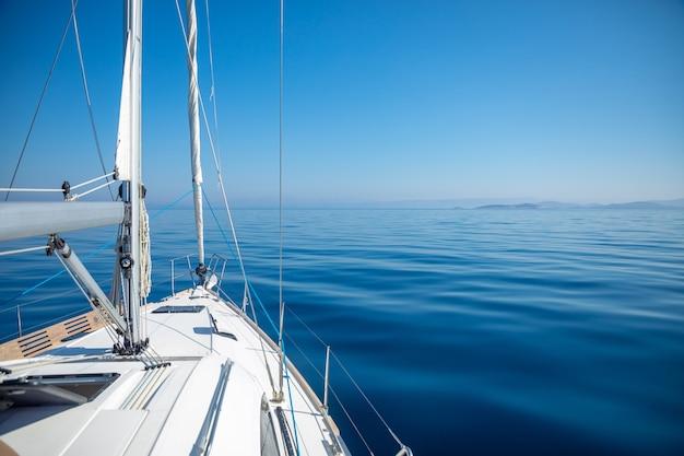 크로아티아의 화창한 날에 바다에서 호화 요트 항해