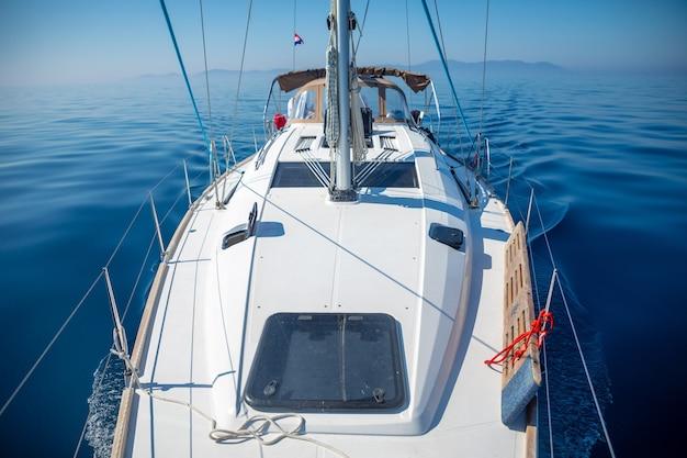 クロアチアの晴れた日に海で豪華なヨットをセーリング