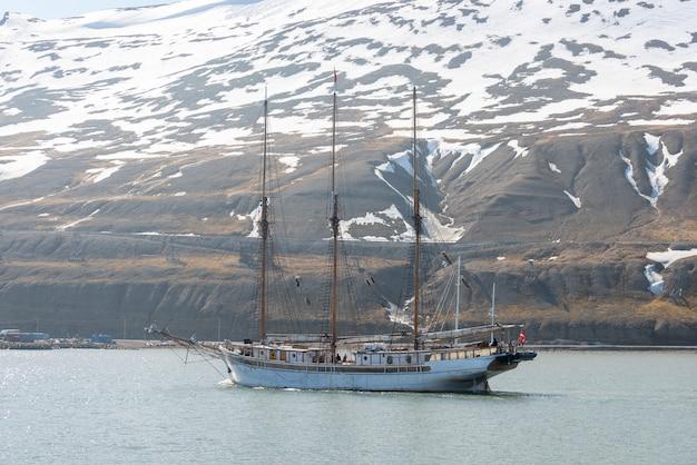 Парусный корабль на якоре на лонгйир, шпицберген. пассажирское круизное судно. арктический и антарктический круиз.