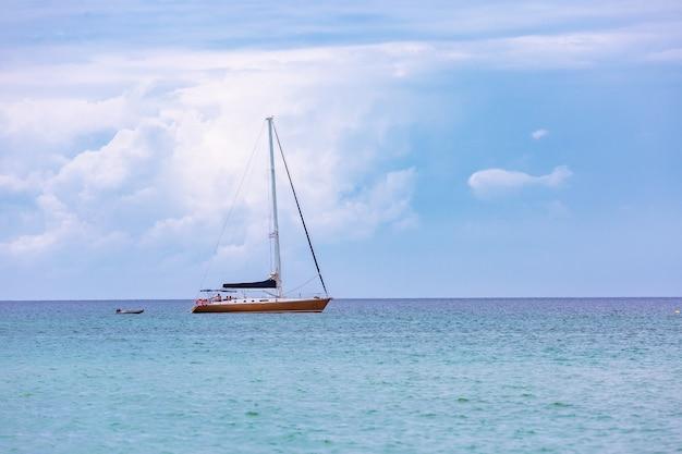 海の白い帆と帆船の豪華ヨット