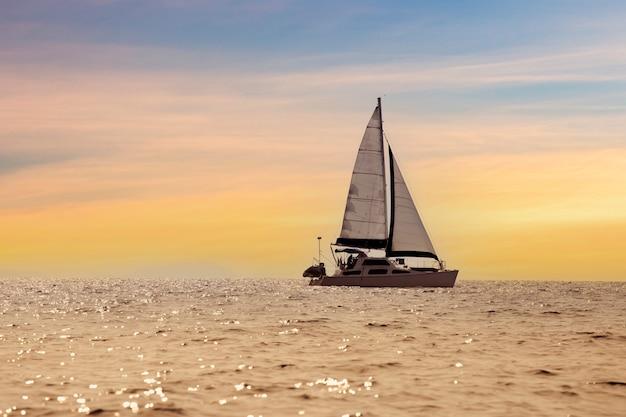 海の白い帆を備えた帆船の豪華ヨット。