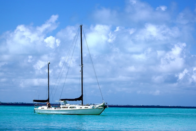Nave a vela sul mare sotto la luce del sole e un cielo nuvoloso durante il giorno