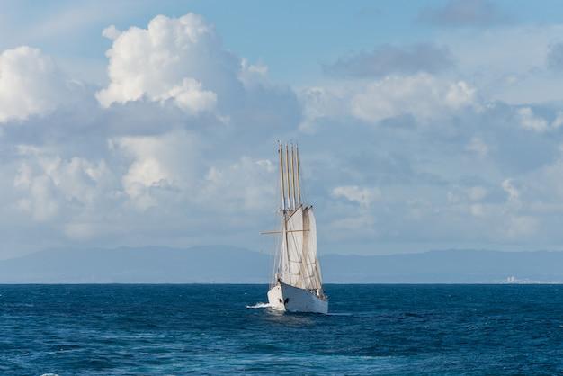 Парусный корабль с четырьмя белыми парусами