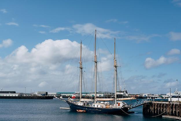 アイスランドの首都レイキャビクの港に係留された3本のマストを備えた帆走木造船