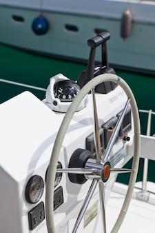 セーリングヨットのコントロールホイールと道具