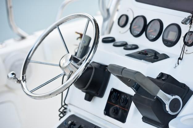 Колесо управления парусной яхтой и навигационное оборудование. горизонтальный снимок без людей