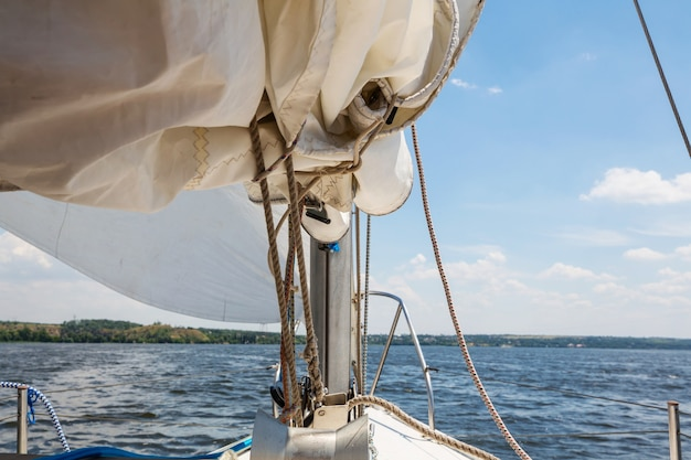 Парусная яхта на большой реке
